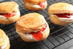 Вкусные scones с свернутыми сливк и вареньем Стоковое Изображение RF