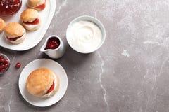 Вкусные scones с свернутыми сливк и вареньем Стоковое Изображение