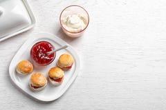 Вкусные scones с свернутыми сливк и вареньем Стоковые Фотографии RF
