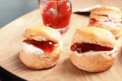 Вкусные scones с свернутыми сливк и вареньем Стоковое фото RF