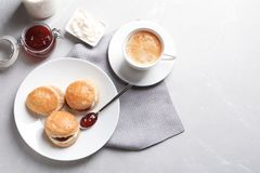 Вкусные scones с свернутыми сливк и вареньем Стоковые Фото