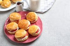 Вкусные scones с свернутыми сливк и вареньем Стоковая Фотография RF