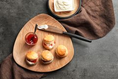 Вкусные scones с свернутыми сливк и вареньем Стоковое Фото