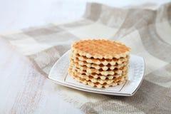 Вкусные waffles на белой плите Стоковые Фото