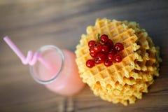 Вкусные waffles на деревянной доске с свежими ягодами Стоковые Изображения RF