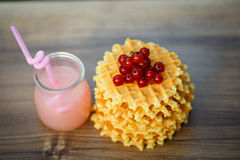 Вкусные waffles на деревянной доске с свежими ягодами Стоковая Фотография