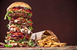 Вкусный большой бургер на деревянном столе Стоковые Изображения