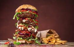 Вкусный большой бургер на деревянном столе Стоковые Изображения RF