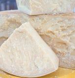 Вкусный большой закалённый итальянский сыр для продажи в молокозаводе Стоковое фото RF