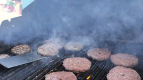 Вкусный бургер мяса на гриле Варящ гамбургеры пылайте зажаренные телятина баранины говядины свинины мяса hosper и филе цыпленка д акции видеоматериалы