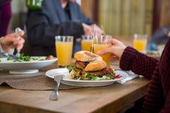 Вкусный бургер на плите Стоковые Фото