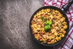 Вкусный вегетарианский бак макаронных изделий tortellini с овощами sauce на деревенской предпосылке, взгляд сверху роскошь уклада Стоковое фото RF