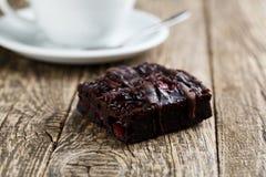 Вкусный вегетарианский кусок пирожного на деревянном столе для торжества Стоковая Фотография
