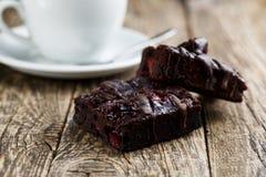 Вкусный вегетарианский кусок пирожного на деревянном столе для торжества Стоковое Изображение RF