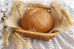 Вкусный домодельный хлеб в корзине Стоковые Изображения RF