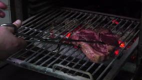 Вкусный зажаренный стейк в печи сток-видео