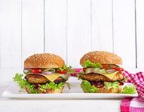 Вкусный зажарил домодельный гамбургер с цыпленком бургера, томатом, сыром стоковое изображение