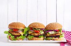 Вкусный зажарил домодельный гамбургер с цыпленком бургера, томатом, сыром стоковая фотография