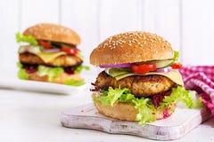 Вкусный зажарил домодельный гамбургер с цыпленком бургера, томатом, сыром стоковые фото