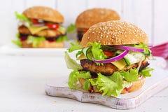 Вкусный зажарил домодельный гамбургер с цыпленком бургера, томатом, сыром стоковые изображения