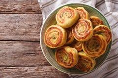 Вкусный индийский конец-вверх крена картошки на плите Горизонтальная верхняя часть соперничает Стоковые Фотографии RF