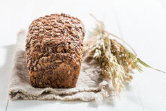 Вкусный и свежий хлеб с несколькими зерен для завтрака Стоковая Фотография RF