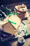 Вкусный коттедж пряника как подарок рождества на деревянном столе Стоковые Изображения RF
