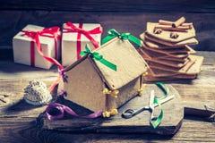 Вкусный коттедж пряника для рождества на деревянном столе Стоковое Изображение RF