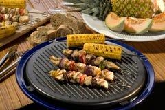 Вкусный кудрявый цыпленок с испеченными овощами стоковое изображение rf
