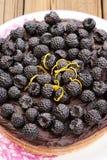 Вкусный домодельный пирог шоколада при ganache, украшенное с свежей Стоковое фото RF