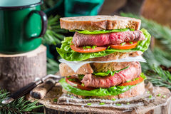 Вкусный домодельный сандвич с ветчиной и овощами Стоковая Фотография