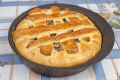 Вкусный пирог с заполнять в черной форме выпечки металла Стоковые Изображения
