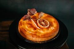 Вкусный пирог тыквы на темной таблице Стоковая Фотография