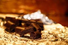 Вкусный пористый черный шоколад соединяет на сусальном золоте Стоковая Фотография RF