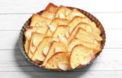 Вкусный пудинг хлеба с яблоком в блюде выпечки Стоковые Изображения