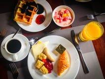 Вкусный плотный завтрак служил с кофе, апельсиновым соком, сыром, югуртом плодоовощ и waffles Стоковые Фотографии RF