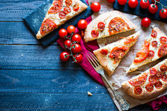 Вкусный ручной работы хлеб пиццы томатов иллюстрация штока