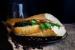 Вкусный сандвич на таблице стоковые фотографии rf