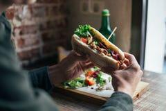 Вкусный сандвич chiabatta с цыпленком и салатом стоковое изображение rf