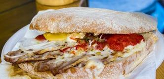 Вкусный сандвич с беконом и овощами Стоковые Фотографии RF