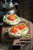 Вкусный сандвич с сыром fromage, chive и томатами вишни Стоковая Фотография
