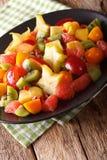 Вкусный салат конца-вверх тропических плодоовощей на плите вертикально Стоковое Изображение RF