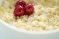 Вкусный свежий завтрак Овсяная каша с замороженной вишней вкусная и здоровая концепция завтрака стоковое фото
