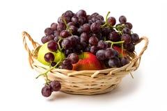 Вкусный сладостный плодоовощ в корзине стоковое изображение rf