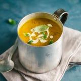 Вкусный сметанообразный суп тыквы в кружке Стоковые Фотографии RF