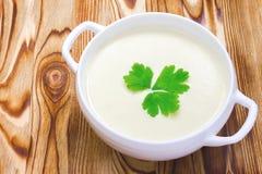 Вкусный суп картошки с лист петрушки, деревенского деревянного стола Место для текста, copyspace Традиционные обед или обедающий  Стоковые Фотографии RF