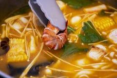 Вкусный суп морепродуктов Tom yum с креветкой стоковые фото