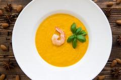 Вкусный суп сливк тыквы при смешанные креветки и листья базилика, стоковые фото