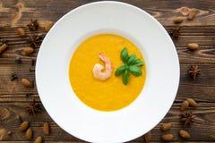 Вкусный суп сливк тыквы при смешанные креветки и листья базилика, стоковое фото rf
