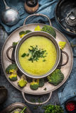 Вкусный суп romanesco и брокколи в варить бак на темной деревенской предпосылке с инструментами кухни, взгляд сверху Здоровый и в Стоковое Фото